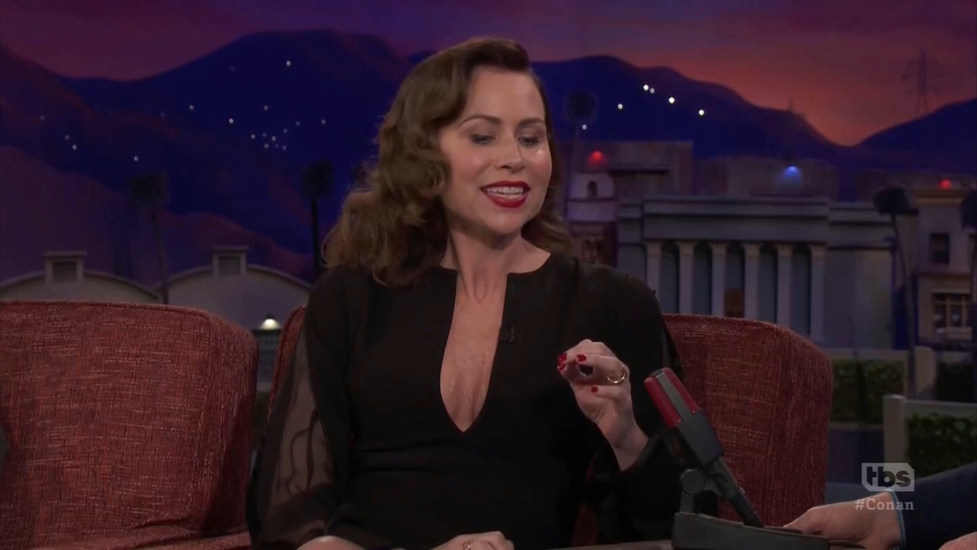 69850340_minnie-driver-conan-o-brien-show-12-03-2018-19x-caps-_04.jpg