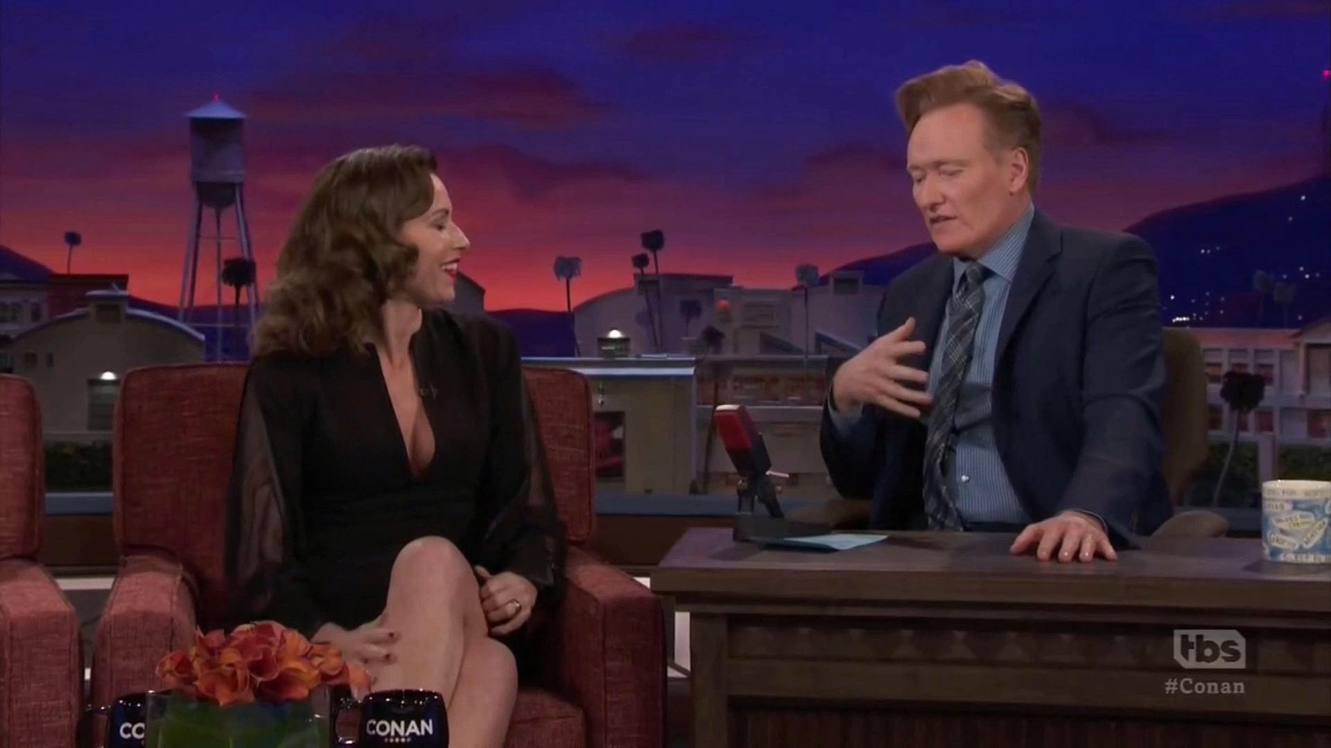 69850366_minnie-driver-conan-o-brien-show-12-03-2018-19x-caps-_13.jpg