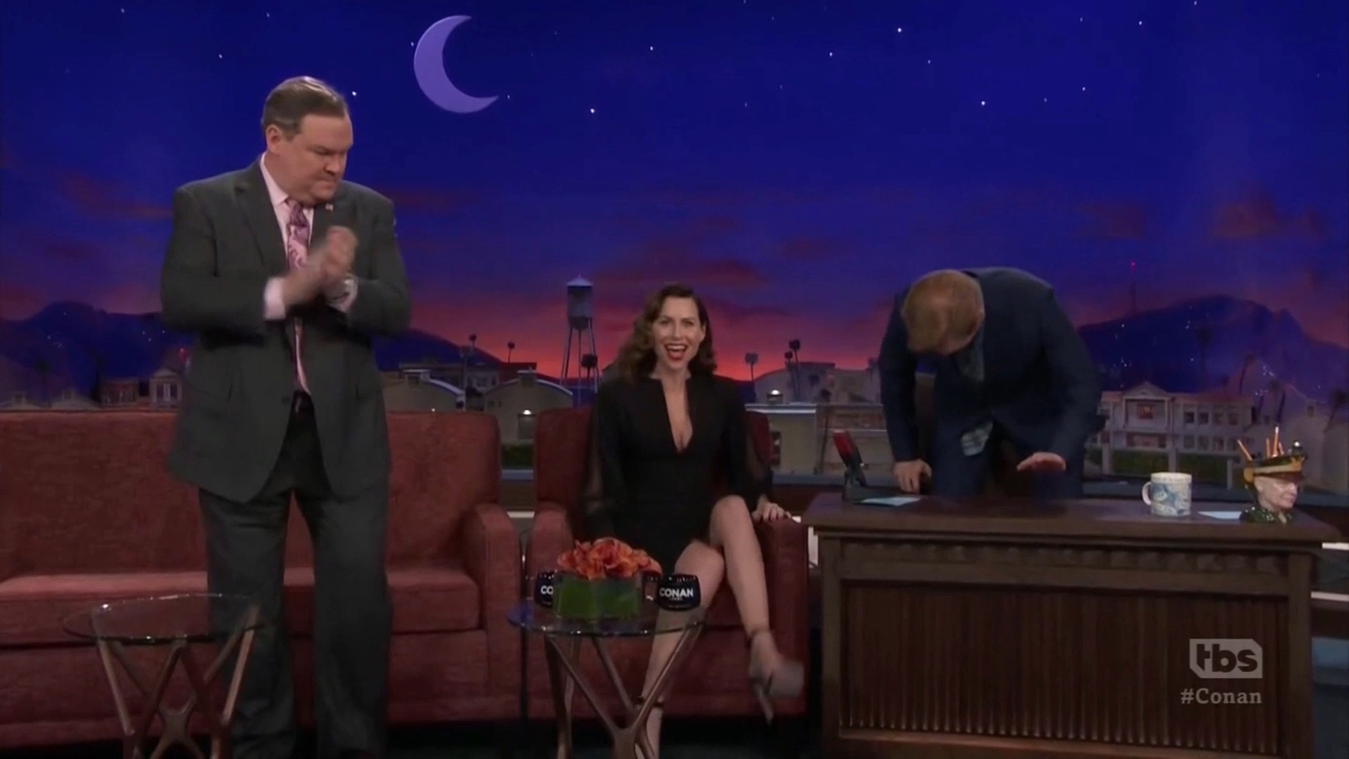 69850400_minnie-driver-conan-o-brien-show-12-03-2018-19x-caps-_19.jpg